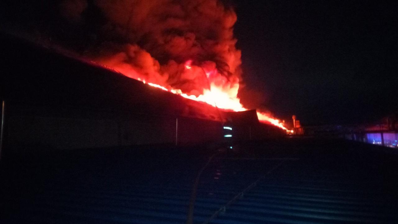 З'явились фото із пожежі на лижній фабриці в Мукачеві