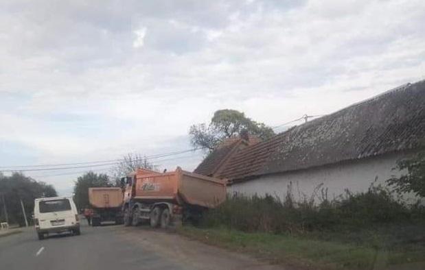 ДТП у Берегові: вантажівка з'їхала в кювет