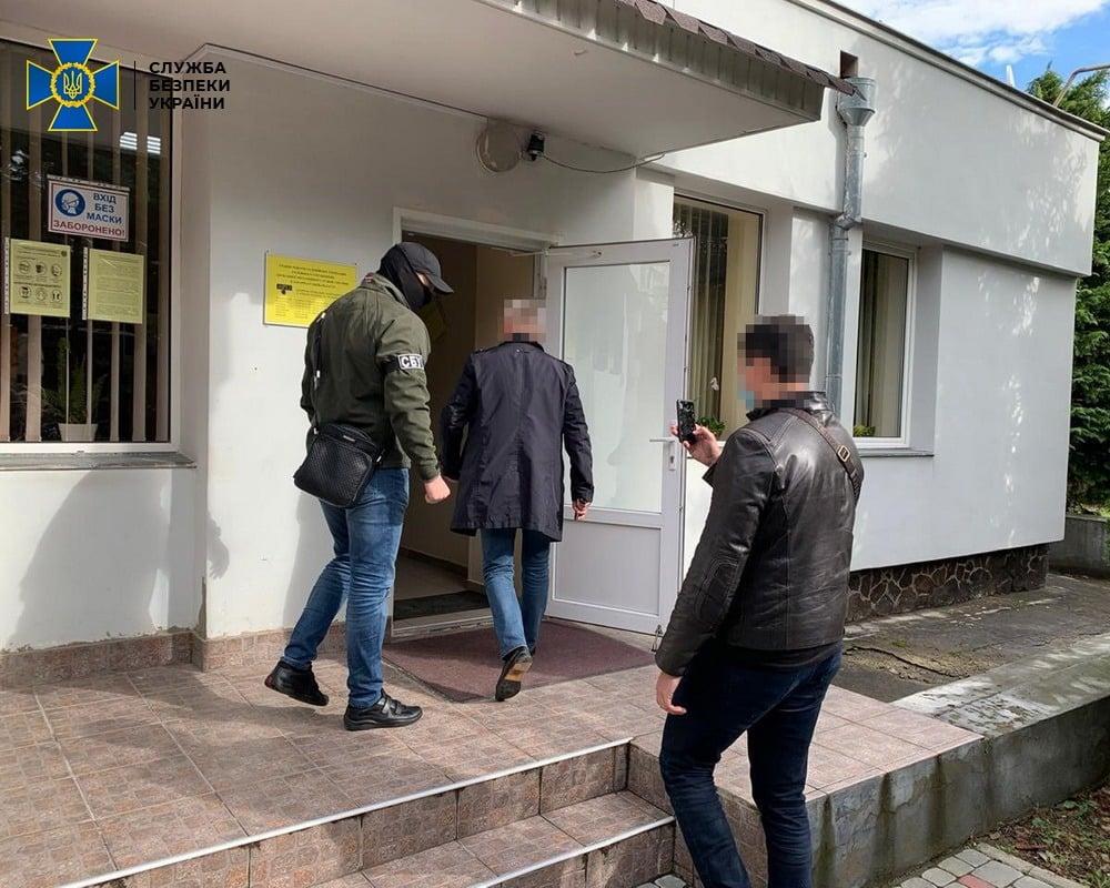 """Закарпатська чиновниця брала гроші за """"прискорену"""" видачу закордонних паспортів"""