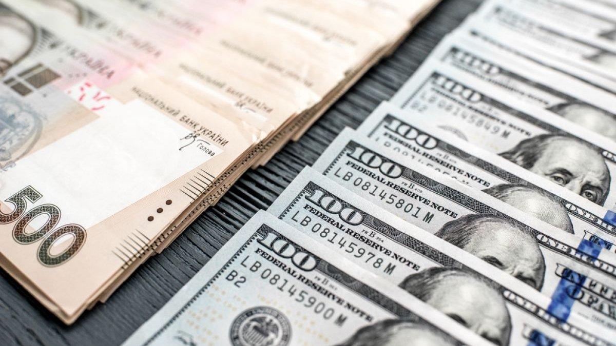 Гривня на кілька копійок просіла відносно долара