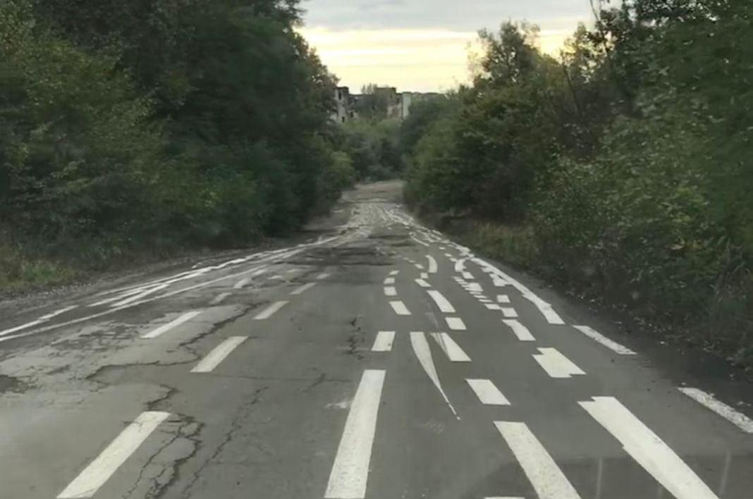 На відео показали дивну дорогу на Закарпатті
