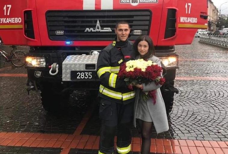 Мукачево облетіла новина про романтичне освідчення у центрі міста біля ратуші