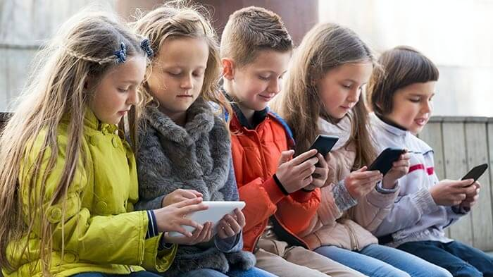 У школах можуть заборонити смартфони та планшети: на сайті ВР з'явився законопроєкт