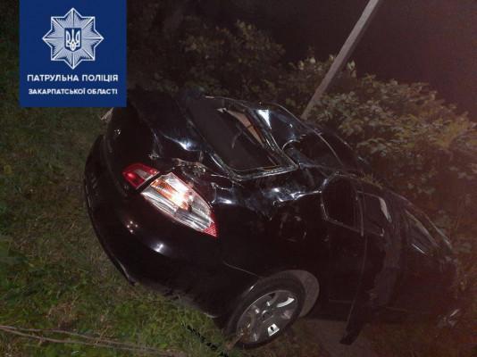 Неподалік Мукачева авто перекинулося на дах: одна людина в реанімації