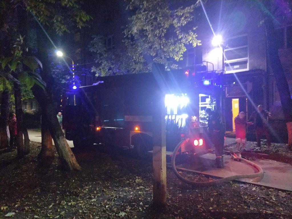В Ужгороді горіла квартира, мешканців під'їзду евакуювали