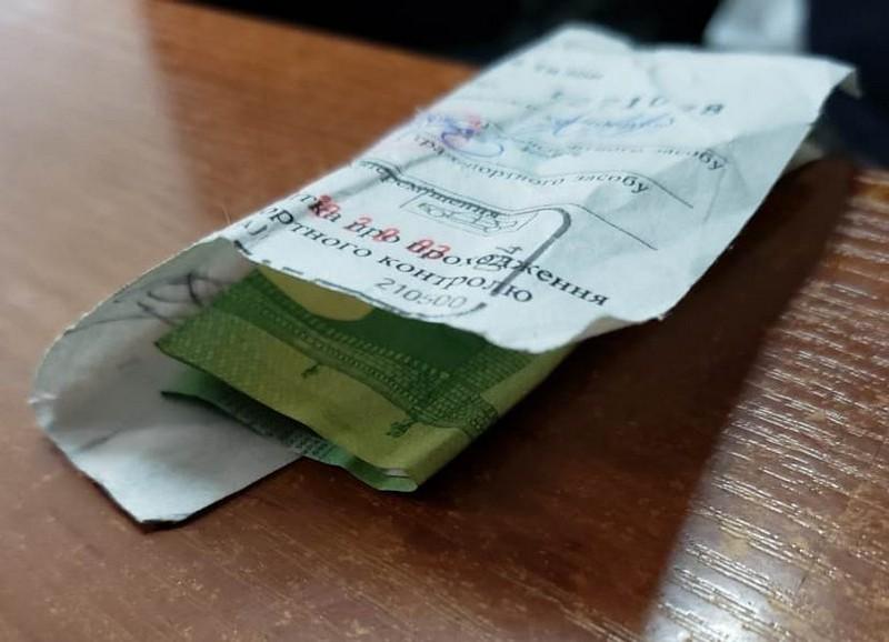 Валютна «вдячність» митнику на кордоні обернулася кримінальним провадженням для водія