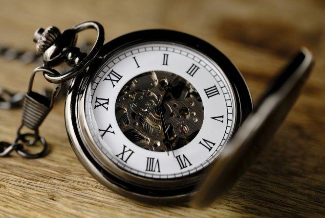 Україна переходить на зимовий час: коли переводити годинники