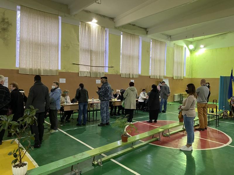 Як стартувало голосування у Мукачеві: перші фото та відео
