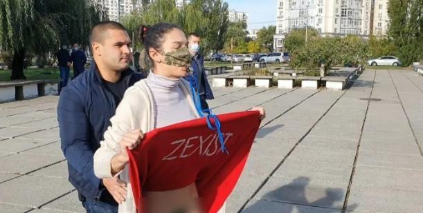 Перед голосуванням до Зеленського підбігла дівчина і задерла спідницю: опубліковано відео