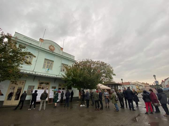 Люди стоять понад годину: в Ужгороді перед однією з дільниць утворилась значна черга