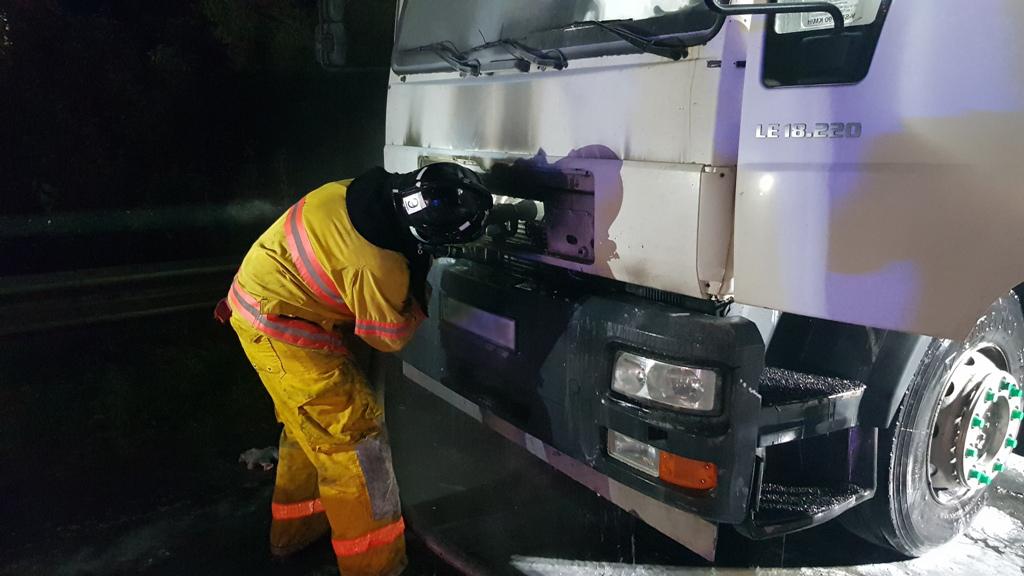Саме їхав із Мукачева: на трасі із вантажівкою водія трапилось лихо