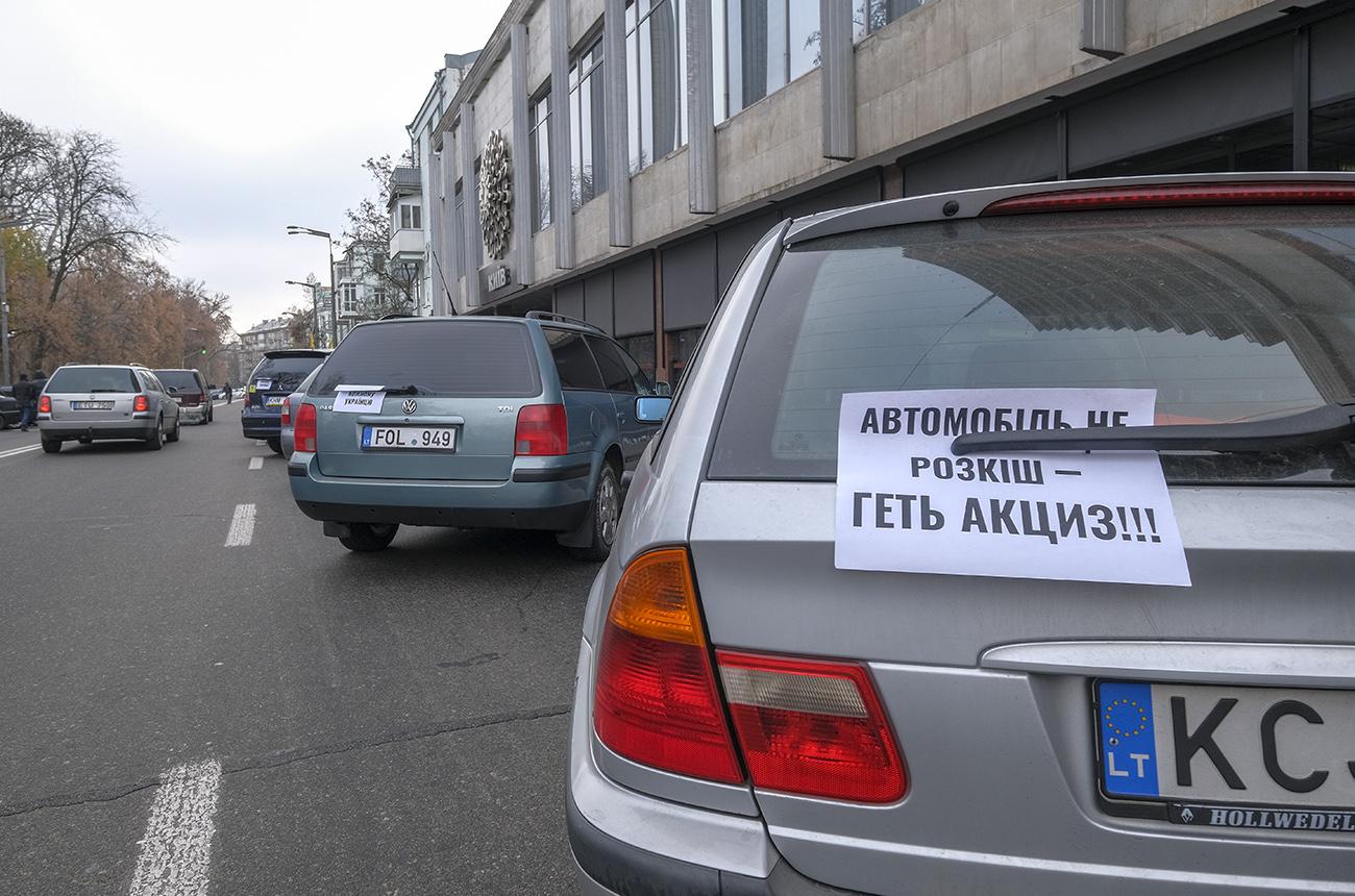 """Ані розмитнити, ані вивезти: власники """"євроблях"""" опинилися в пастці"""