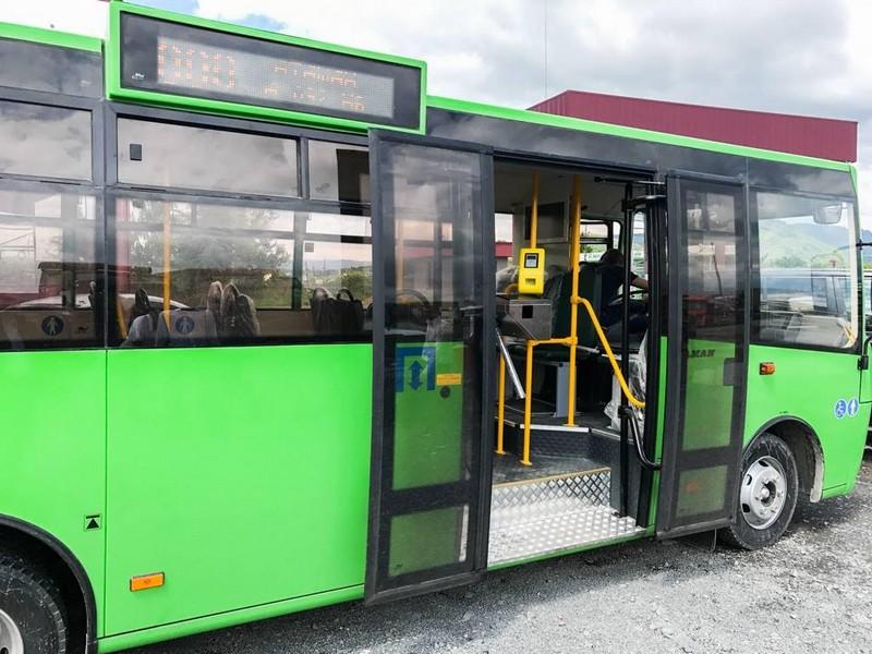 1 листопада у Мукачеві курсуватиме додатковий автобус із центра міста до кладовища: розклад руху