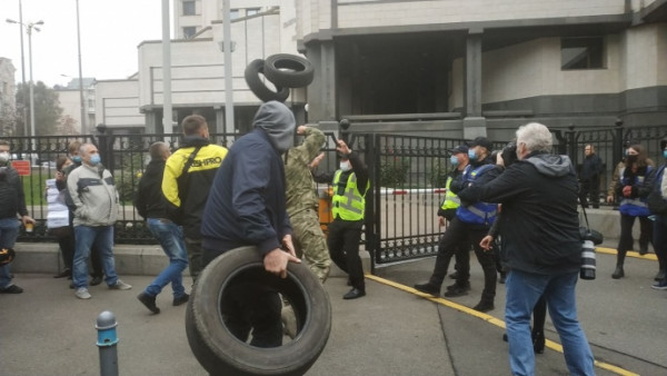 У Києві влаштували акцію протесту: обурені люди кидають шини і палять фаєри
