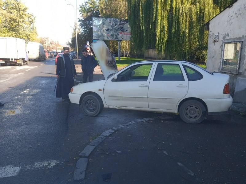 В Ужгороді посеред вулиці загорілась машина священника