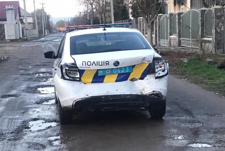 У селі на Мукачівщині чоловік наїхав на поліцейського, у правоохоронця перелом ноги: фото з місця події