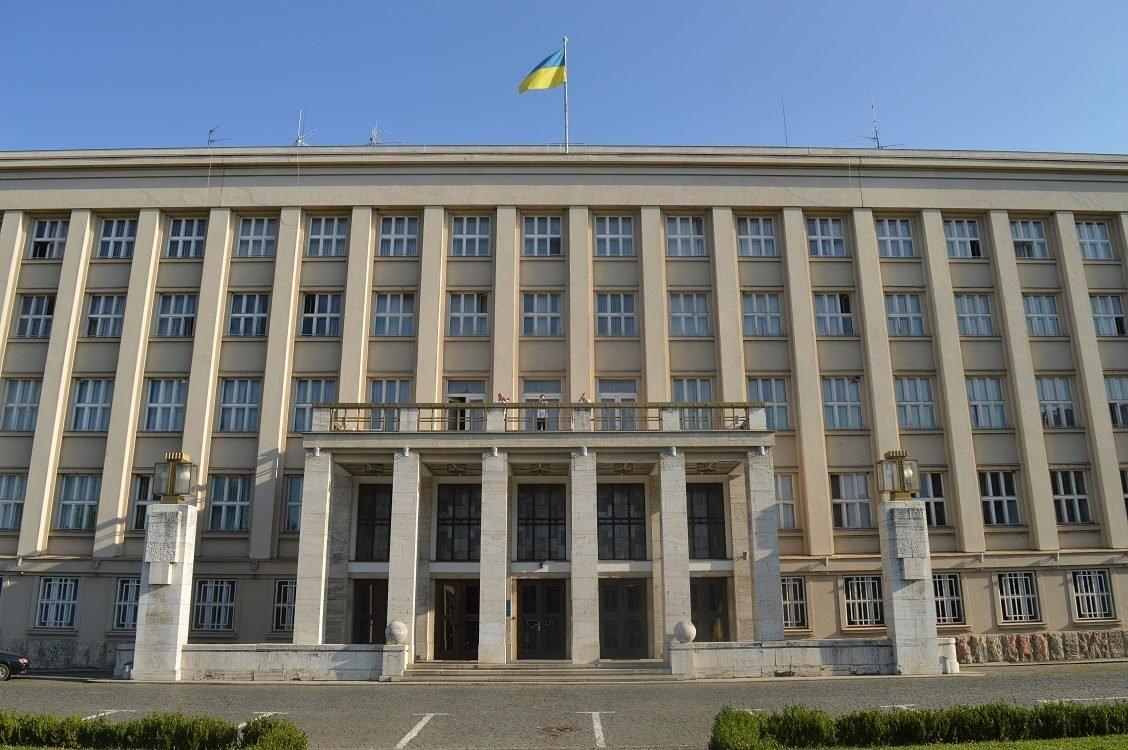 """Закарпатська ОДА обурена рішенням влади Ужгорода і розповіла, як через брак місця в лікарні у """"швидкій"""" помер пацієнт"""