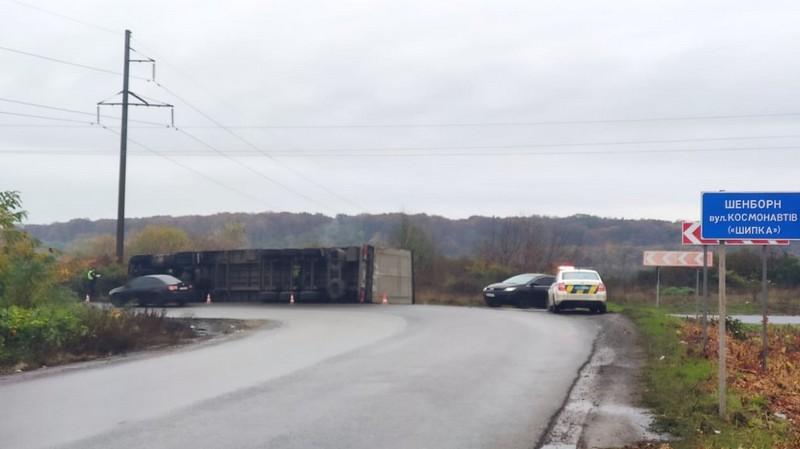 У Мукачеві перекинулась вантажівка: опубліковано відео