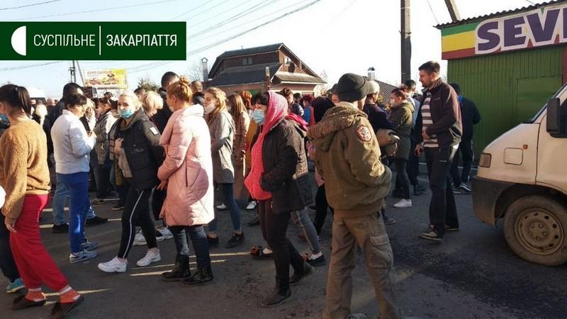 Обурені жителі Хуста перекрили дорогу: відомо, що вони вимагають