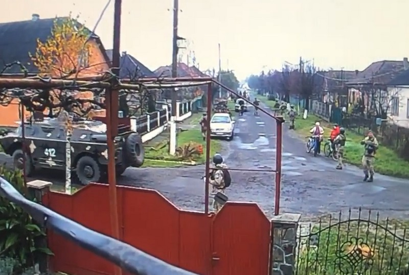 У селі Нижній Коропець на Мукачівщині помітили військових і спецтехніку: опубліковано відео