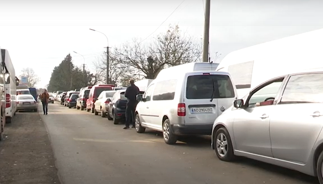 Штучно створюють черги на КПП Лужанка задля заробітку: люди обурені тим, що коїться поблизу кордону з Угорщиною
