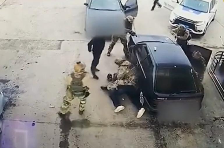 Як на Закарпатті затримували особливо небезпечного злочинця: оприлюднено відео з автозаправки
