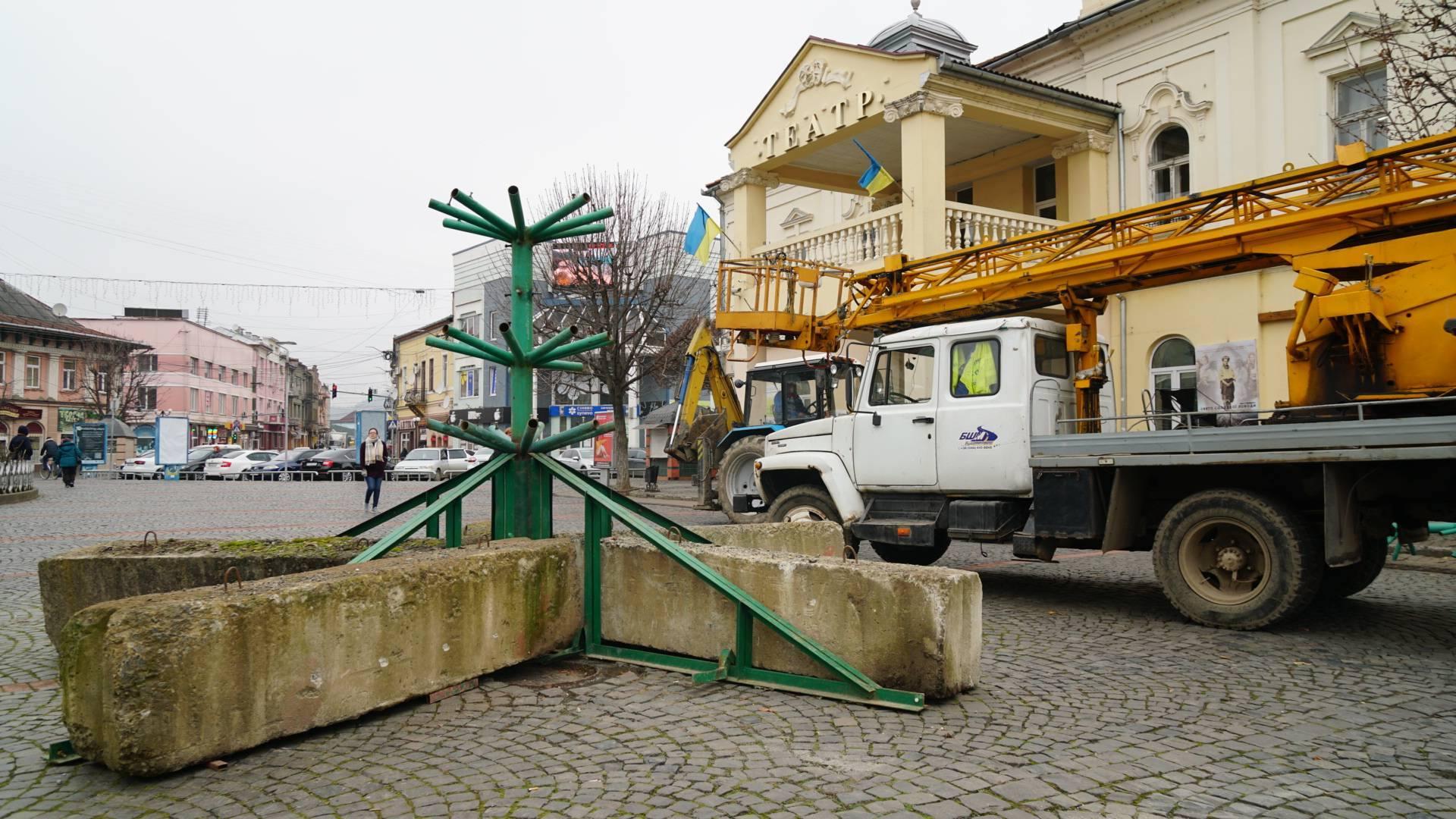У центрі Мукачева почали встановлювати головну новорічну ялинку міста