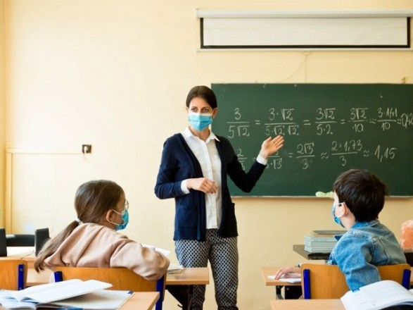 Зарплата вчителя у 2021 році: кабмін на рік переніс реалізацію постанови про зростання окладів