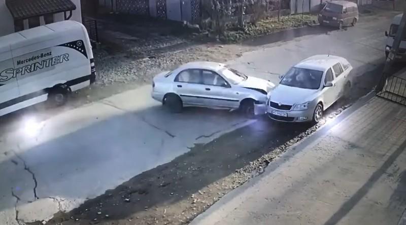 П'яна водійка протаранила кілька машин і на швидкості влетіла в авто, в якому було немовля: відео з камер спостереження