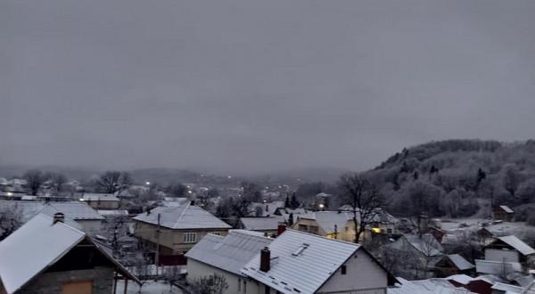 У закарпатському селі вранці випав сніг