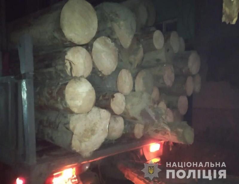 У селі на Рахівщині зупинили «КАМАЗ», вщент заповнений деревиною