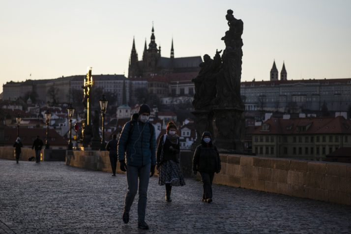 У Чехії людей безкоштовно вакцинуватимуть від коронавірусу