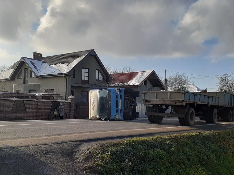 Карколомна ДТП у Ракошині: одна із автівок перекинулась – фото та відео з місця події