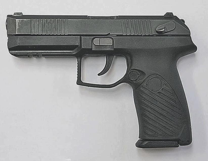 В Ужгороді чоловік погрожував жінці пістолетом
