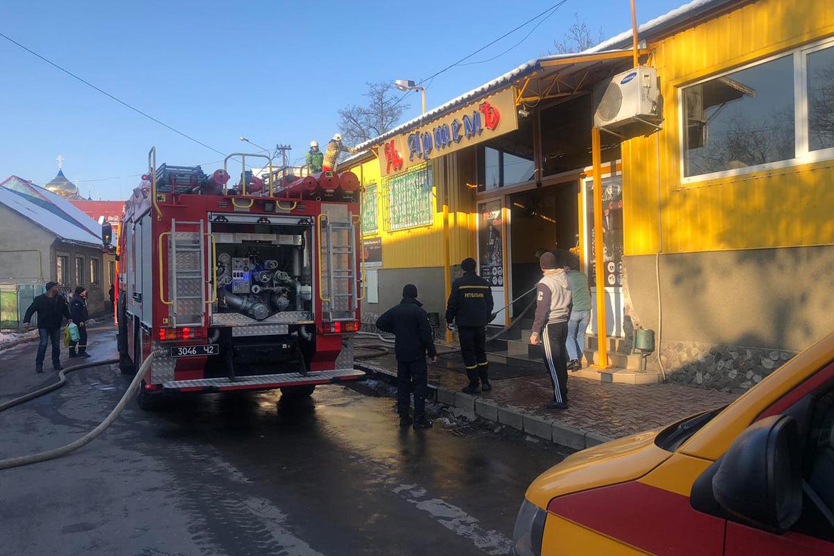 Пожежа у торговому центрі, товар виносили на вулицю: фото з місця події