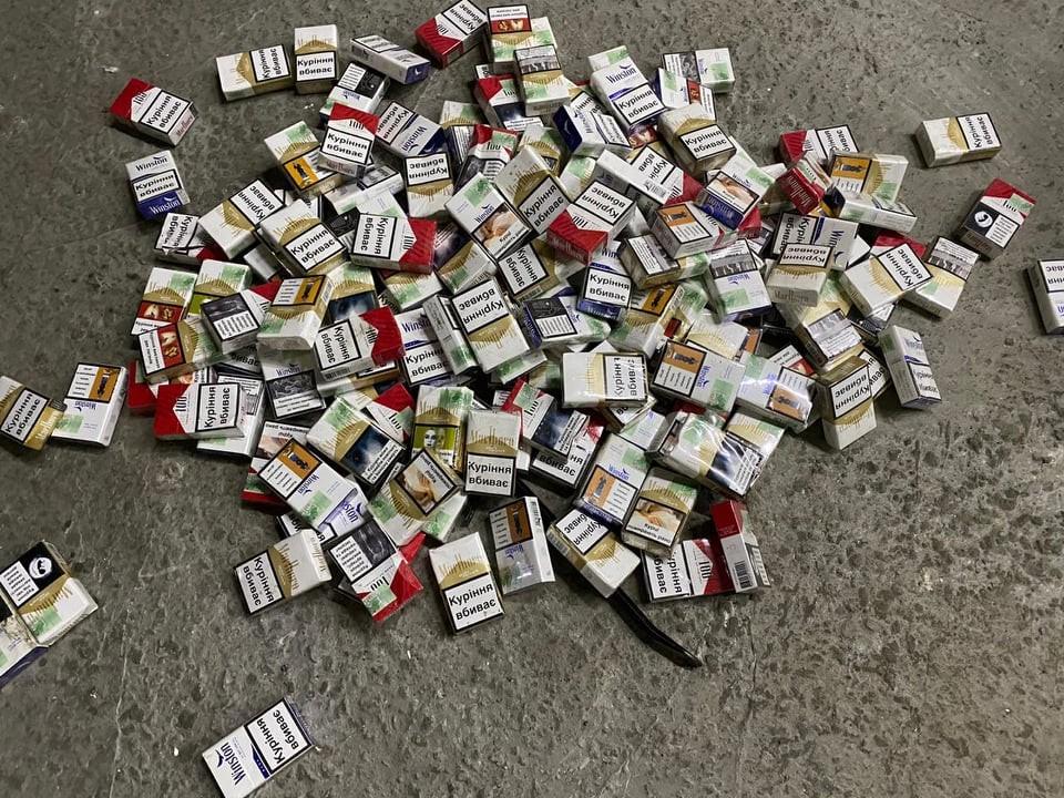 У мікроавтобусі прикордонники виявили контрабандні сигарети