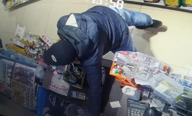 Один відволік продавчиню, інший – витяг з каси гроші: опубліковано відео, як обкрадали магазин