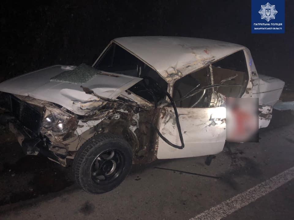 Автомобіль врізався у відбійник: водій та пасажир – у лікарні