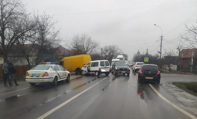 У Ракошині вранці трапилась аварія. Рух трасою Київ-Чоп ускладнено