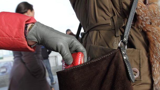 25-річна дівчина затримала жінку, яка вкрала у неї гаманець