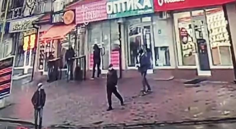 Грабіж посеред Ужгорода: у мережі оприлюднили відео нападу на Проспекті Свободи