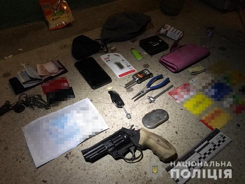 Віджимали двері і грабували помешкання в Ужгороді: поліція затримала квартирників