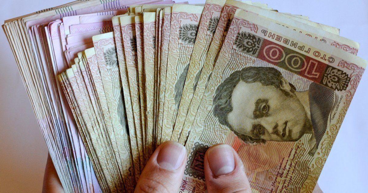 """У податковій розповіли, кого змусять повернути """"карантинні"""" 8 тисяч гривень"""