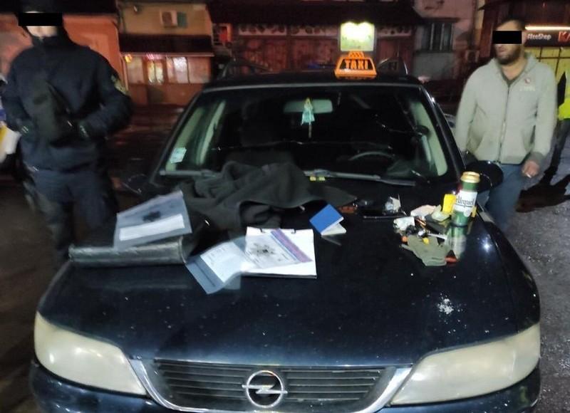 Таксиста та його спільників взято під варту за підозрою у пограбуванні пасажира