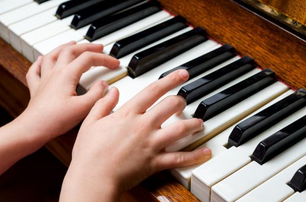 Юна піаністка з Мукачева перемогла на міжнародному дистанційному фестивалі мистецтв