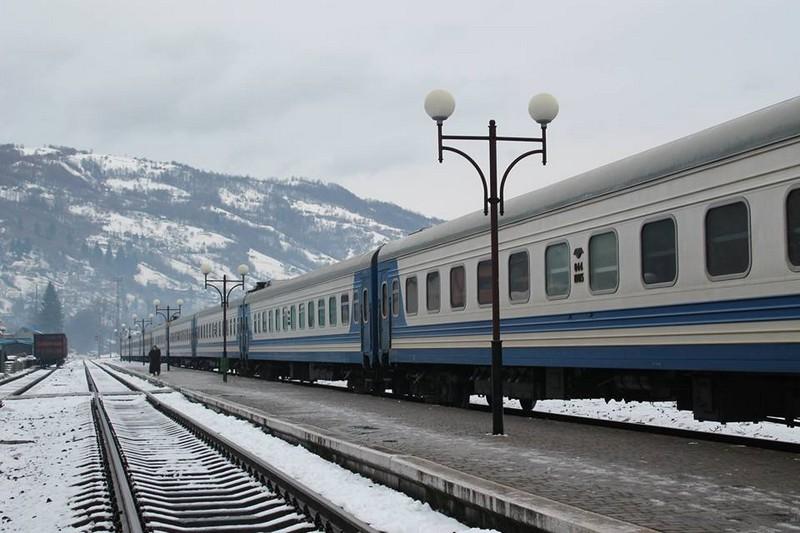 У потязі Рахів-Харків стався незвичний інцидент: пасажир забув валізу, в якій було 19 тисяч доларів