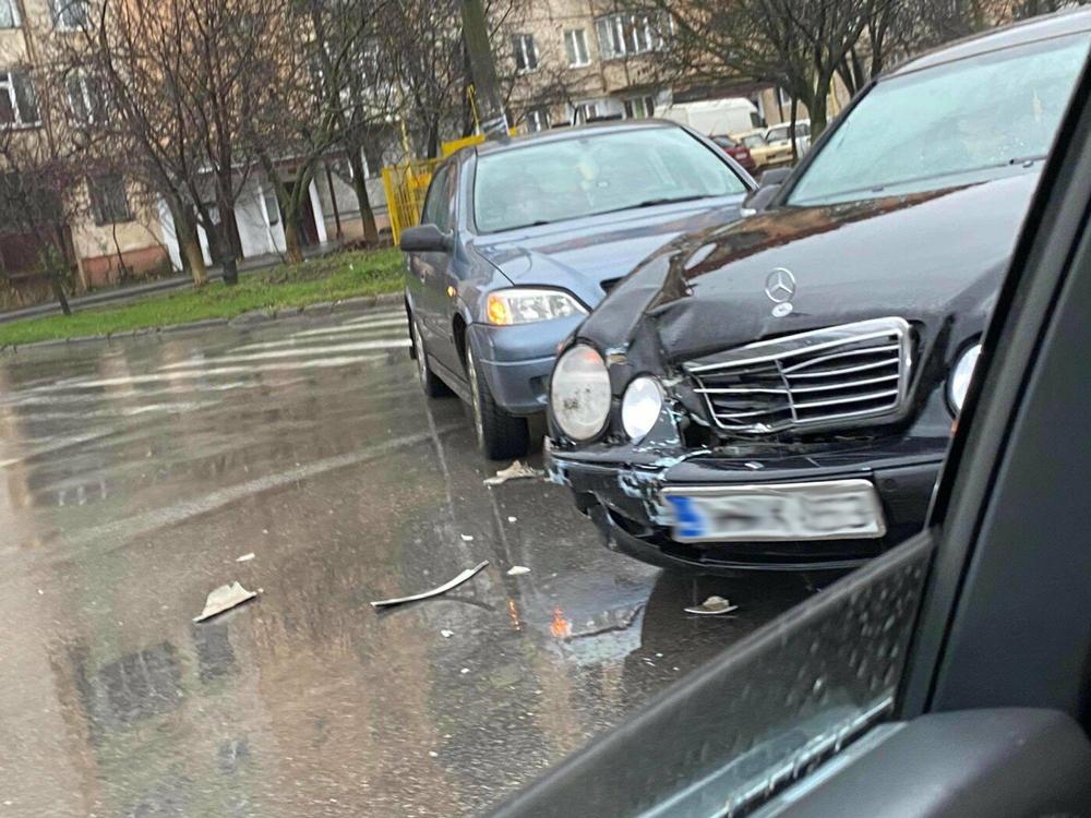 ДТП у переддень Нового року: в Ужгороді зіткнулись дві іномарки