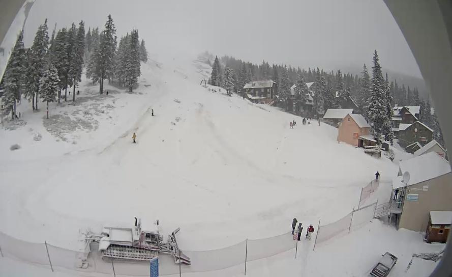 У ніч на Новий рік гори Закарпаття засипало снігом. Сніг продовжує падати