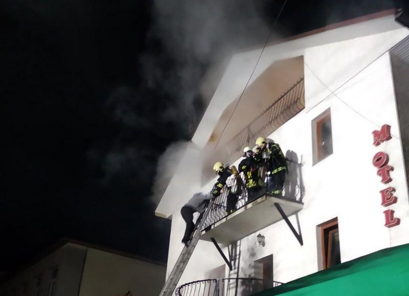 Відпочинок у селищі Воловець: сьогодні у мотелі із туристами раптово спалахнула пожежа. Постраждала дитина