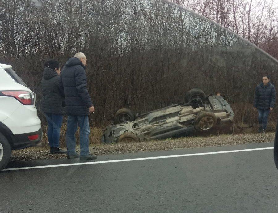 На Мукачівщині ДТП: одна автівка перекинулась на дах